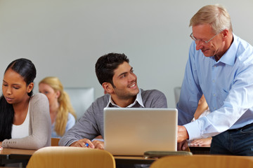 Student redet mit Dozenten