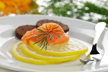 Räucherlachs auf Zitrone