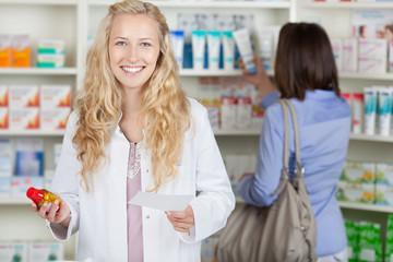 lächelnde apothekerin mit tabletten
