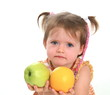 Eine kleine Mädchen empfiehlt Apfel und Orange zum essen