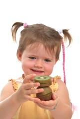 Kleine Mädchen spielt mit Kiwi/ V