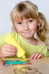 Mädchen malt mit Fensterfarben