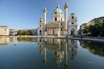 Les reflets de l'église Saint Charles à Vienne