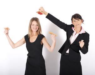Zwei Frauen posen mit Stempeln