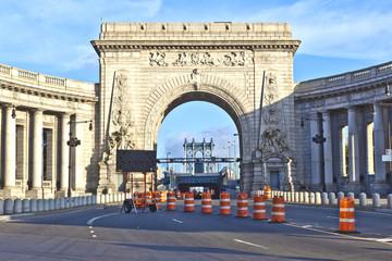 Gate to manhattan Bridge via the triumphal arch and colonnade at