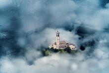 Kyrka mellan moln