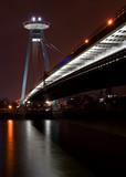 bratislava nový most během noci.
