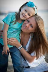 Счастливая молодая мама с дочкой