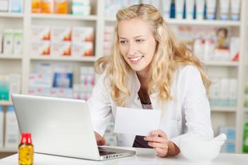 lächelnde apothekerin am laptop