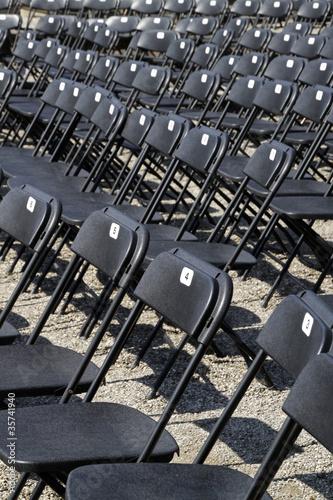 Schwarze Stühle in Reihen