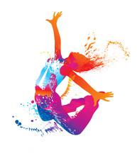La jeune fille danse avec des taches colorées et éclaboussures sur fond blanc