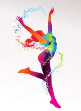 La jeune fille danse avec des taches colorées et éclaboussures sur un bac de lumière