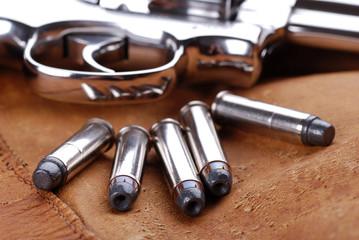 cartucce e pistola - cinque