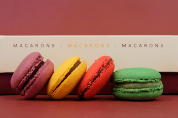 assortiment de macarons multicolores