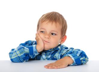 Kleiner Junge schaut skeptisch zur Seite