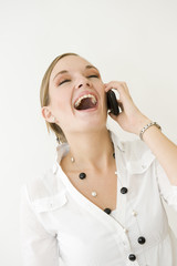 Jeune secrétaire heureuse au téléphone