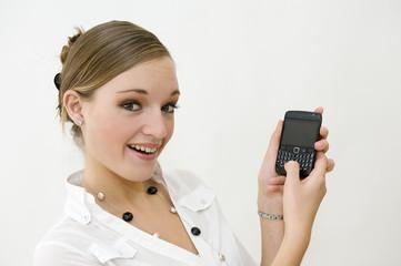 Jeune secrétaire allumant son smart phone