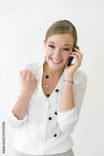 Jeune femme au téléphone joyeuse