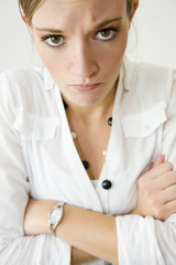 Jeune femme fâchée - en colère