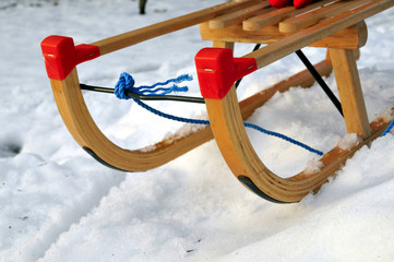 Schlitten im Schnee im Winter