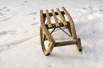 alter Schlitten im Schnee im Winter