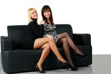Девушки на диване