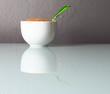 Zuccheriera con zucchero di canna su tavolo in vetro