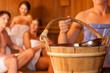 Drei Freunde in der Sauna eines Thermalbades