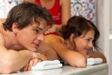 Wellness - Paar bei der Massage