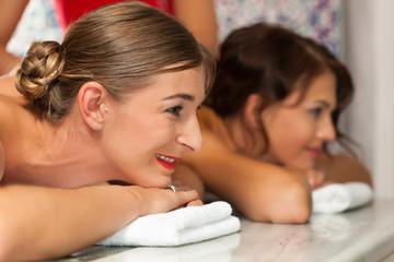 Wellness - Freundinnen bei der Massage