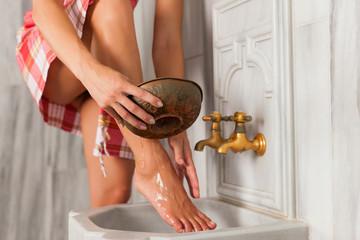 Wellness - Frau macht kalte Güsse und Hydrotherpie