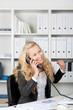geschäftsfrau freut sich am telefon