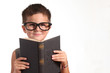 bambino con grandi occhiali legge un libro