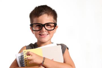 bambino con grandi occhiali e quaderni di scuola