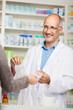 apotheker verkauft ein medikament
