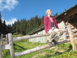 Frau macht Rast bei Wanderung