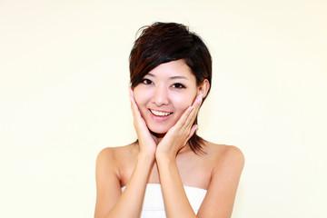 洗顔後の美しい女性