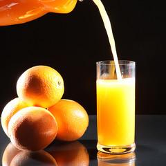 Orangen Saft Einschank ins Glas