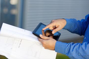 architekt mit tablet und bauplan