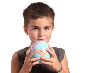 bambino con piccolo mappamondo nelle mani
