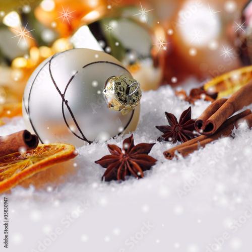 Weihnachtskugel und Anissterne