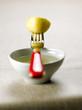 Pomme de terre et fourchette sur une coupelle d'huile