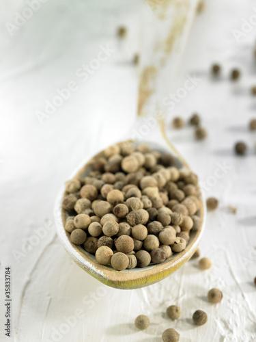 Cuillérée de poivre en grains