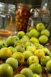 Préparation de prunes pour les bocaux