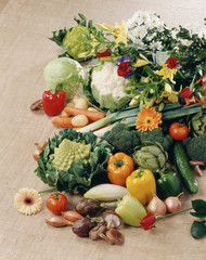 Composition avec légumes et fleurs