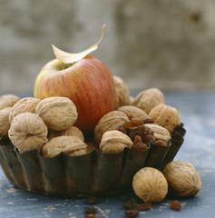 assortiment de pomme, de noix et de raisins secs