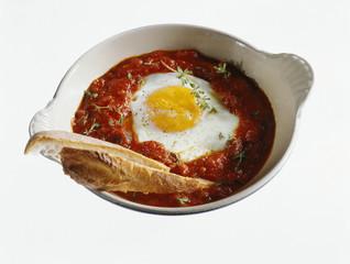Oeuf au plat à la tomate