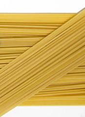 Spaghetti su fondo bianco