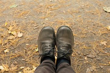 Eingestaubte schwarze Schuhe