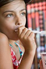 fillette mangeant une glace